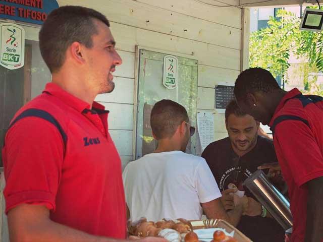 Fc Crotone, superato il tetto dei 2.000 abbonamenti: colazione offerta dai calciatori del Crotone per i tifosi in fila al botteghino