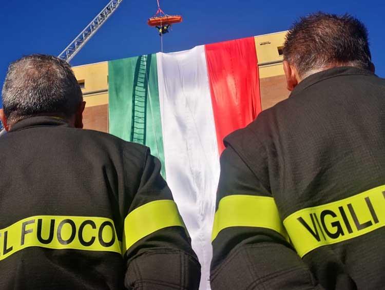 Calato un immenso tricolore sulla caserma dei Vigili del fuoco di Crotone per Santa Barbara