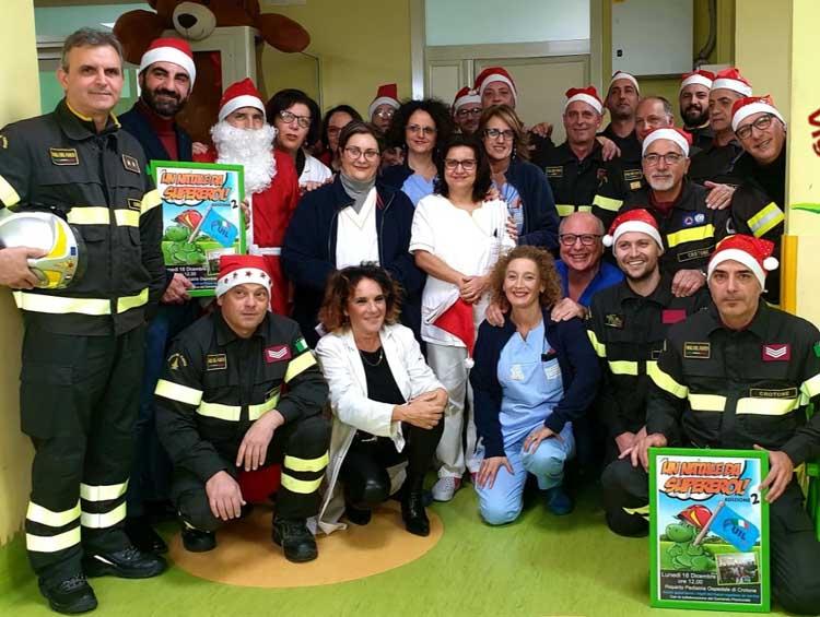 ''Un Natale da supereroe'': Vigili del fuoco di Crotone in visita ai bambini dell'ospedale di Crotone